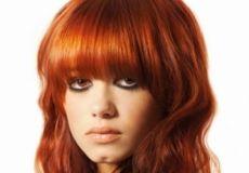 Dugačka crvena frizura
