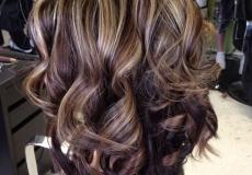Kovrčavu svečanu frizuru