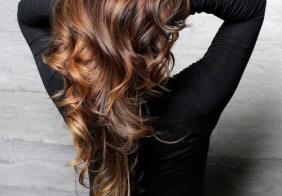 Pramenovi boje karamele na smeđoj kosi