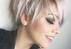 Kratka pixie frizura u platinastoj nijansi