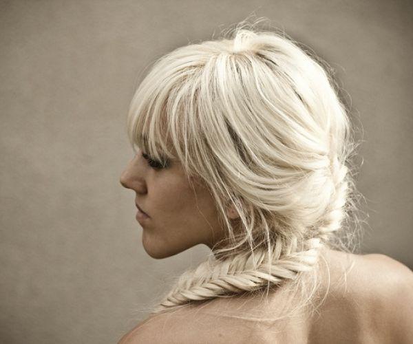 Opuštena frizura s neobičnom pletenicom