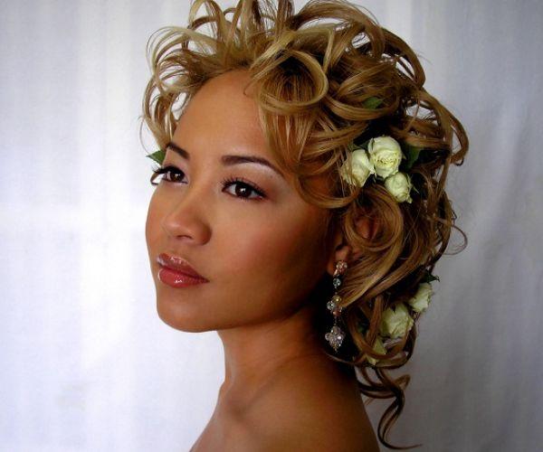Kovrčava frizura sa cvijećem u kosi
