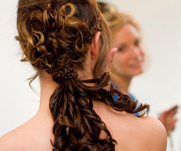 Kovrčava kosa složena u rep