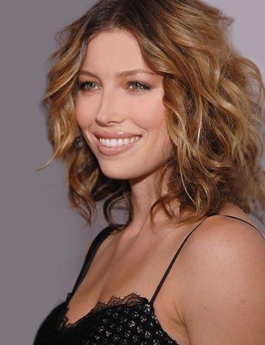 Jessica Biel - kovrčava kosa srednje duljine