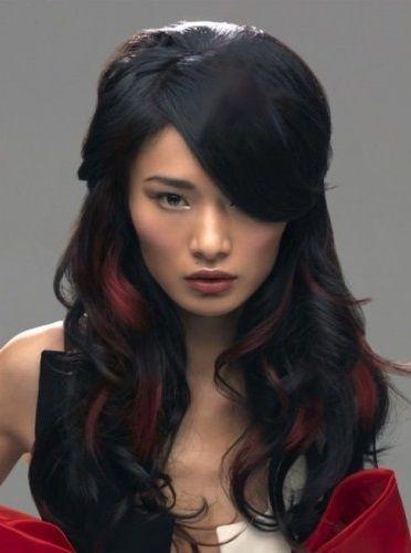 Crna kosa sa crvenim pramenovima